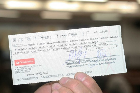 Entrega de cheques a entidades assistenciais.